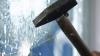 Ce se întâmplă când un reporter loveşte, în direct, un pod de sticlă cu un ciocan? (VIDEO)