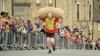 COMPETIŢIE INEDITĂ! Zeci de bărbaţi şi femei s-au întrecut într-o cursă de cărat saci cu lână