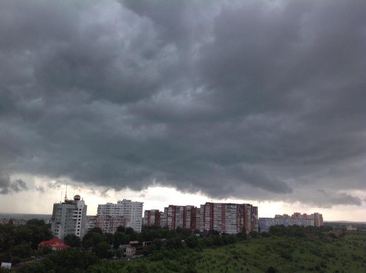 ULTIMA ORĂ! Ploaia a făcut victime în Chişinău. O femeie a murit după ce a fost strivită de un copac