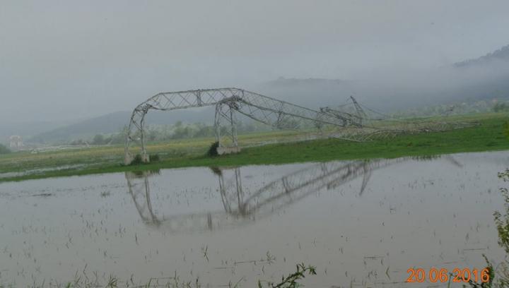 Natura şi-a arătat FORŢA! Imagini SPECTACULOASE cu stâlpi de electricitate contorsionaţi de tornadă