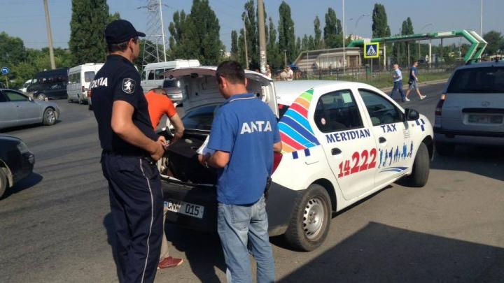 SANCŢIUNI USTURĂTOARE! ŞOFERI DE TAXI FALŞI din Capitală, amendaţi pentru transport ilegal pasageri (FOTO)