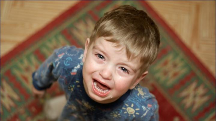 Caz tulburător! Un copil de trei ani, RĂNIT cu toporul de unchiul său