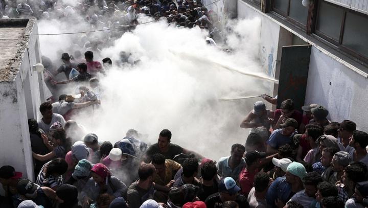 Motivul INCREDIBIL pentru care mai mulţi imigranţi au incendiat un centru de refugiaţi
