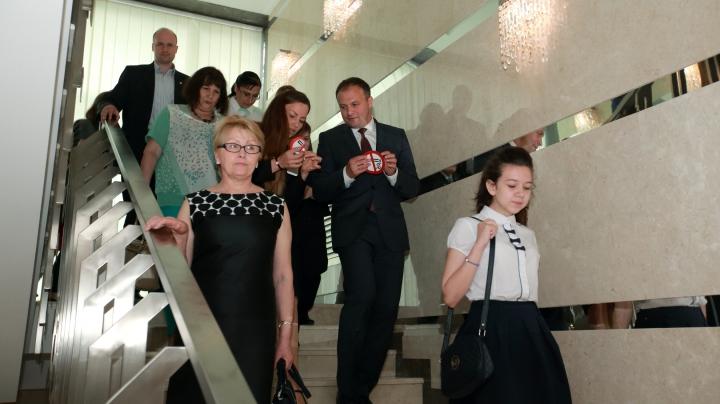 STOP FUMAT. Andrian Candu împreună cu un grup de copii a lipit stickere la intrarea în Parlament