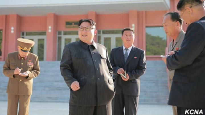 UIMITOR! Kim Jong-un, fotografiat în timp ce fuma în plină campanie împotriva fumatului