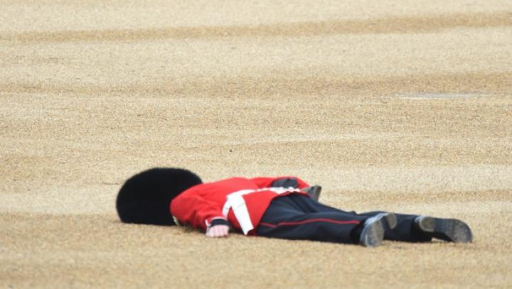 Un soldat britanic a leșinat în timpul ceremoniilor dedicate aniversării reginei Elisabeta a II-a (VIDEO)