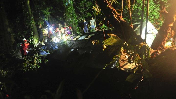 Accident TERIBIL! Un autocar cu studenți a căzut într-o râpă: 18 morți și 28 de răniți