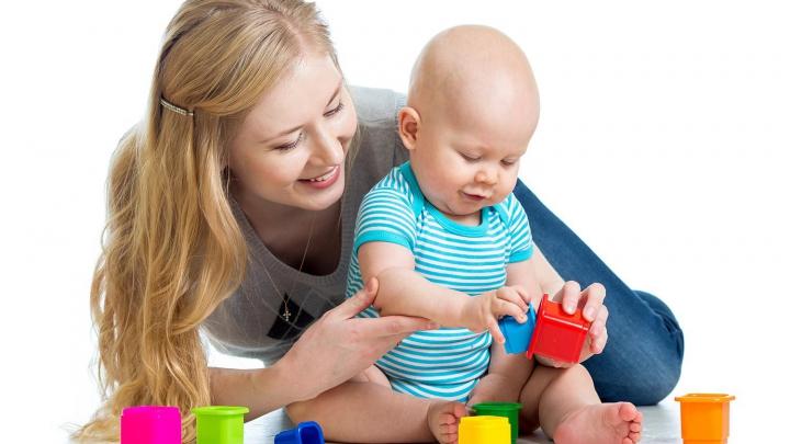 """Și-a lăsat bebelușul cu bona, fără să știe la ce """"distracții"""" e supus copilul. Mama a izbucnit în plâns"""