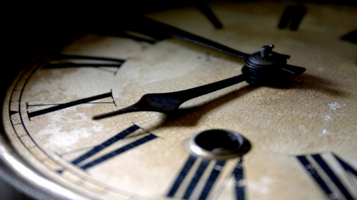 GAFĂ IMENSĂ la un muzeu: Un cuplu a spart un ceas vechi de sute de ani. CE A URMAT (VIDEO)