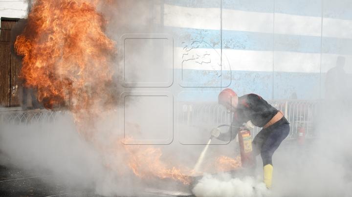 ALERTĂ la Bălţi. Motorul unei locomotive a fost cuprins de flăcări (VIDEO)