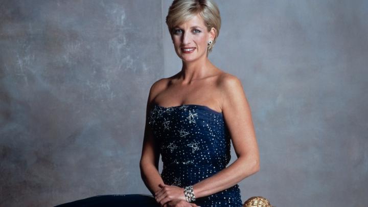 O rochie de seară, purtată de prinţesa Diana, a fost vândută cu 136.000 de dolari