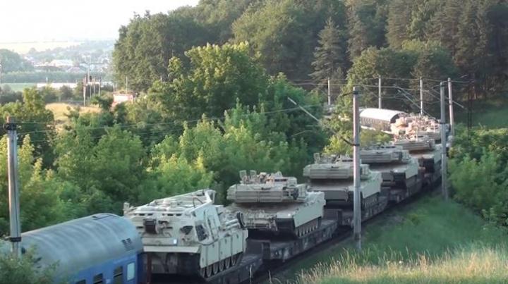Imagini inedite: Tren încărcat cu tancuri americane Abrams, în zona Vatra Dornei (VIDEO)
