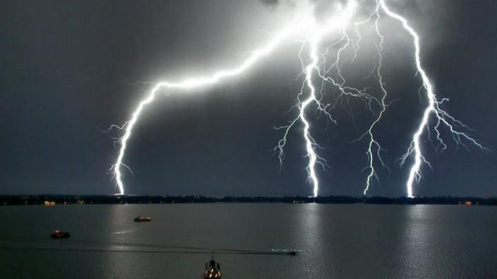Fulgerele au ucis cel puţin 93 de oameni în două zile în India