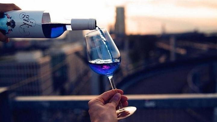 """Vinul albastru electric produs în Spania face furori: """"Încercaţi să uitaţi tot ce ştiţi despre vin!"""""""