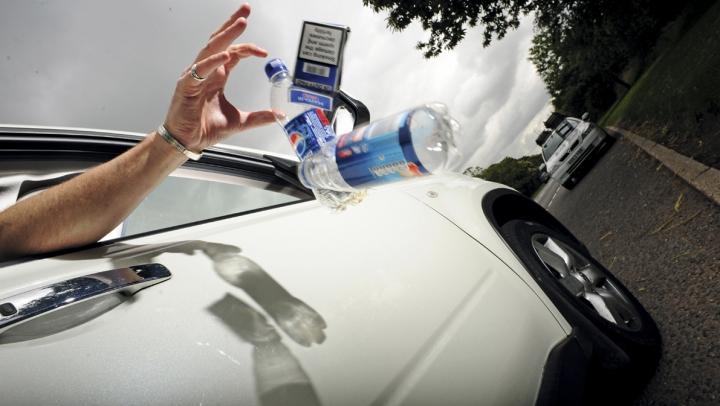 AMENZI USTURĂTOARE! Cum vor fi pedepsiţi şoferii care aruncă gunoi pe drum. LEGEA E ÎN VIGOARE