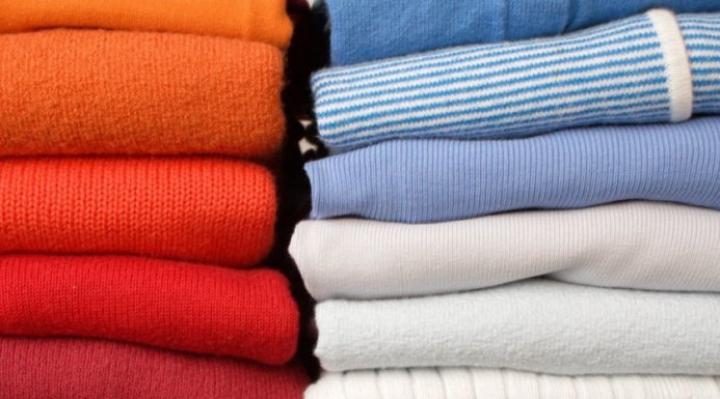 SOLUŢIE GENIALĂ! Cum poți să îți calci hainele fără fier de călcat