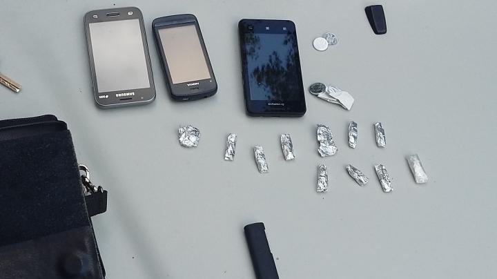 Dealeri de droguri, reţinuţi de poliţişti. Ce au descoperit oamenii legii în timpul percheziţiilor