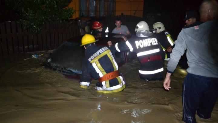 Ploile torențiale au făcut ravagii și în România. În unele regiuni apa a ajuns la DOI METRI