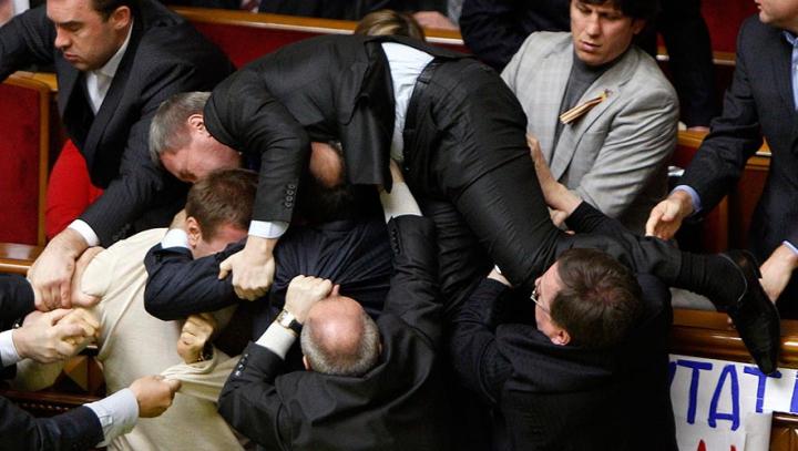 SCANDAL în rada Ucrainei! Un deputat a fost BĂTUT PÂNĂ LA SÂNGE de colegii din opoziţie (VIDEO/FOTO)