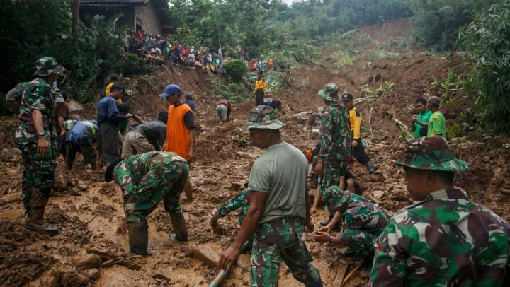Zeci de persoane şi-au pierdut viaţa în urma alunecătorilor de teren din Indonezia