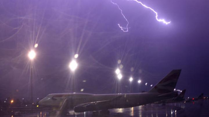 Trei avioane au fost LOVITE DE FULGERE! Specialişti verifică starea aparatelor de zbor