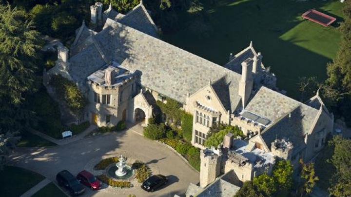 Fondatorul revistei Playboy și-a vândut casa. Suma estimată a vilei (VIDEO)