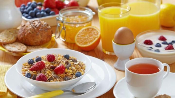 Ce este mai important ora la care mănânci sau ceea ce mănâncă? Răspunsul experţilor