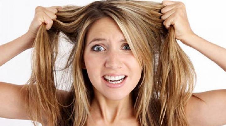 #LIFESTYLE: Motivul pentru care ţi se îngraşă părul şi cum poţi scăpa de această problemă