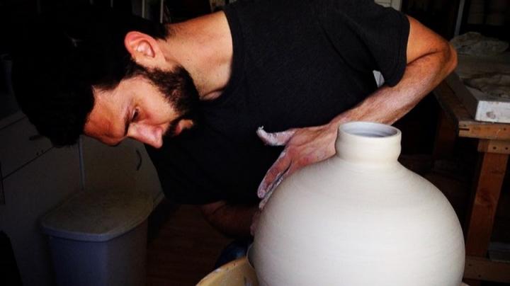 #LIKEPUBLIKA: Artistul care transformă vasele din ceramică în opere de artă (VIDEO)
