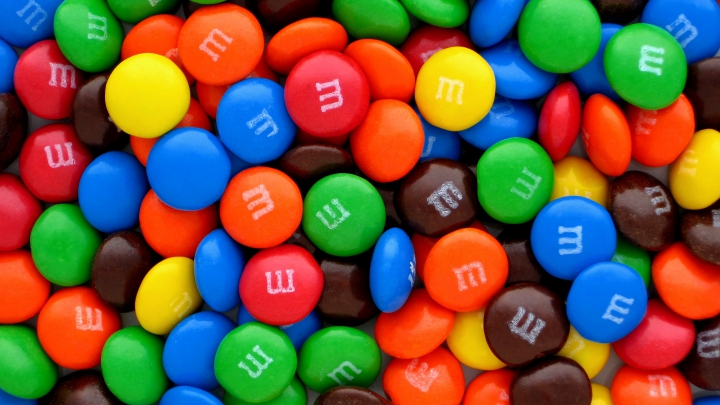 """OFICIAL! Suedia interzice comercializarea bomboanelor """"m&m's"""""""