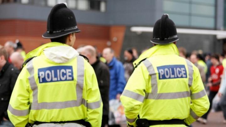 ATAC CU MACETE ÎN ANGLIA. Cinci tineri arestaţi după ce au rănit şapte poliţişti