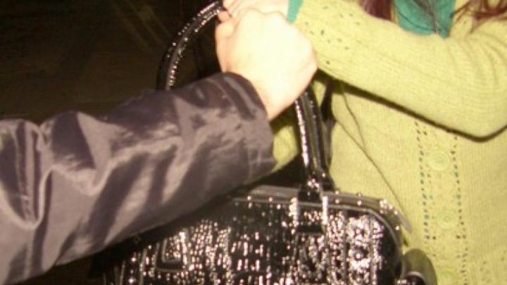 GHINION pentru o femeie! Din neatenție, a rămas fără poşetă (VIDEO)