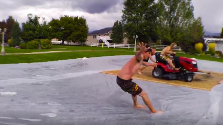NO COMMENT! Incredibil cum se distrează câţiva tineri haioşi şi nebunatici (VIDEO VIRAL)