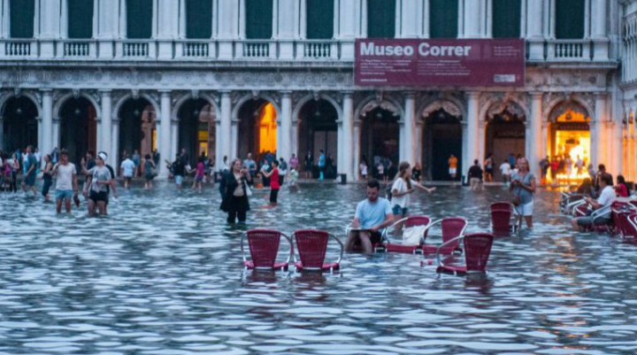 Veneția este inundată. Ce fac localnicii? Incredibil