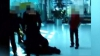 NO COMMENT: Un bărbat BATE MĂR trei ofiţeri de poliţie (VIDEO)