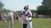Competiţie BIZARĂ! Cine aruncă balegă de vacă mai departe, acela câștigă