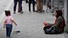 O gravidă cerşea în preajma unui centru comercial. Când a plecat, martorii AU RĂMAS ŞOCAŢI (VIDEO)