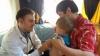 """Cabinetul pediatric mobil """"Renaşte Moldova"""", la Viişoara. Zeci de copii au fost examinaţi gratuit de medici"""