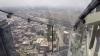 Atracţie TERIFIANTĂ! În Los Angeles a fost construit un tobogan din sticlă la peste 300 de metri înălţime