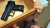 ŞOCANT! Un copil de doi ani şi-a împuşcat în faţă fratele de şase ani