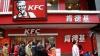 """""""KFC și McDonalds, afară din China!"""" Zeci de manifestanţi au protestat la restaurantele de fast food"""