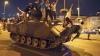 VIDEO ŞOCANT: Un bărbat a scăpat cu viaţă după ce două tancuri au trecut peste el