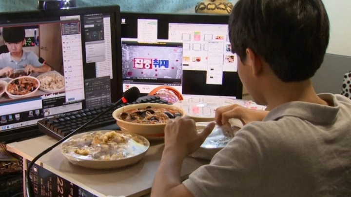 Cât de dăunător este mâncatul în faţa televizorului sau a telefonului mobil