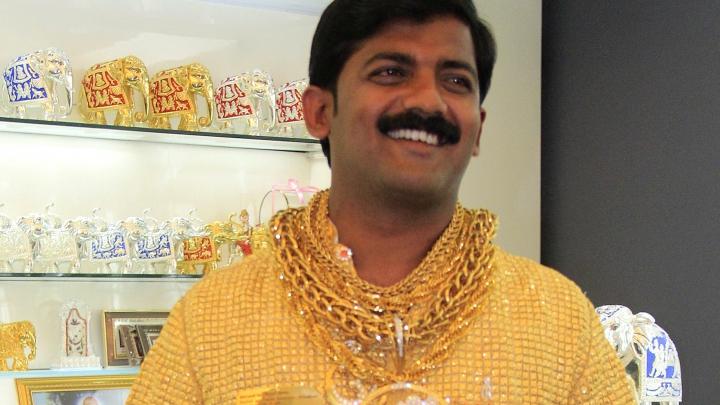Politicianul care şi-a făcut o cămaşă din aur de 22 karate a fost ucis cu pietre şi cuţite