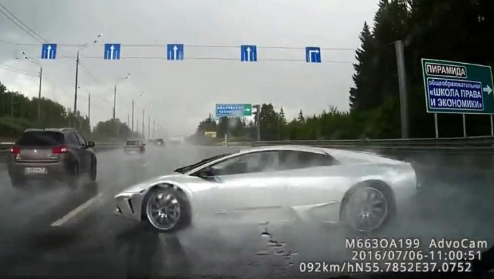 ACCIDENT DE MILIOANE! Lamborghini făcut ţăndări pe timp de ploaie (VIDEO SPECTACULOS)