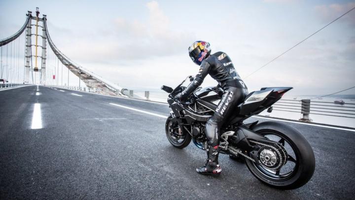 RECORD NEBUN! Un motociclist a prins 400 km/h pe un drum public (VIDEO)