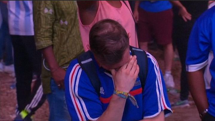 VIRAL PE INTERNET! Suporter francez consolat de un copil îmbrăcat în tricoul naţionalei Portugaliei (VIDEO)