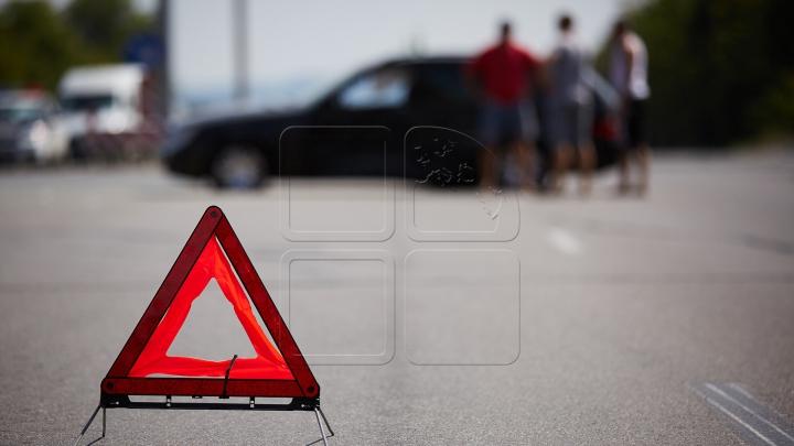 Accident rutier la Buiucani. Un motociclist a fost trântit la pământ (VIDEO)