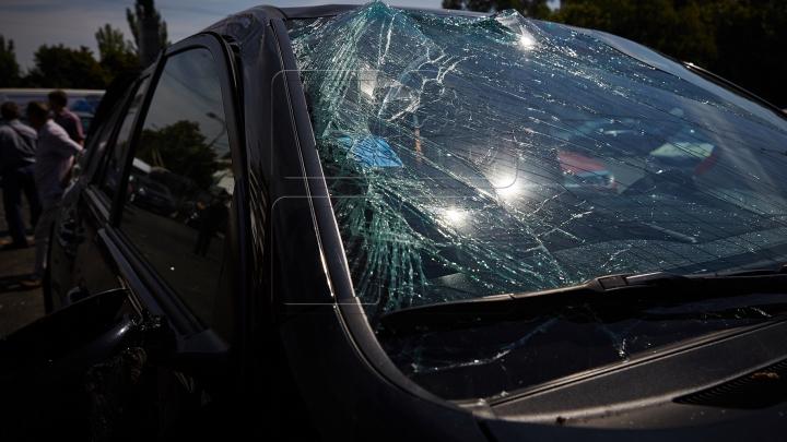 LA UN PAS DE MOARTE! Şoferul şi un pasager, transportaţi la spital în urma unui GRAV ACCIDENT