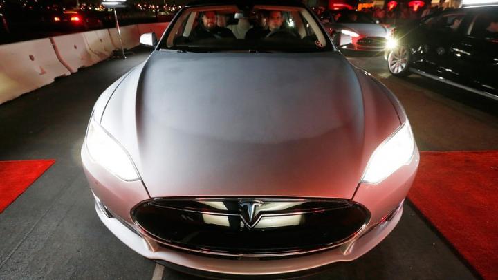 ACCIDENT MORTAL! Şoferul unei Tesla a murit cu pilotul automat activat